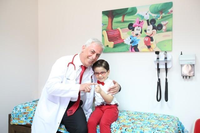 çocuk doktoru ve hastası